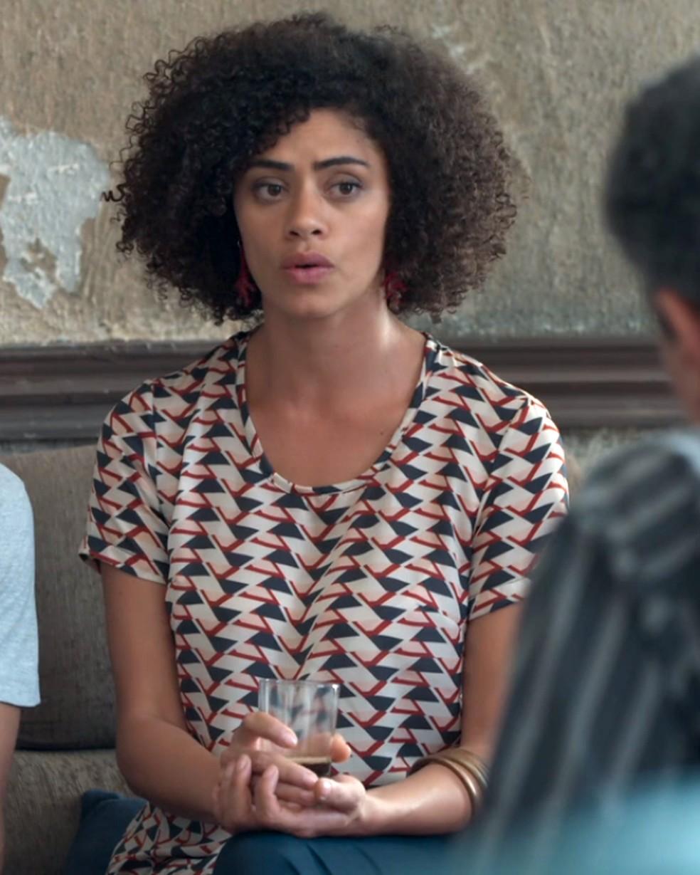 Dóris (Ana Flávia Cavalcanti) conversa com o pai de Tato (Matheus Abreu) — Foto: Globo