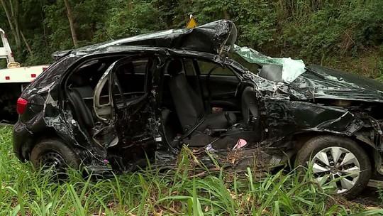 Vítima de acidente entre carro e ambulância na BR-267 é transferida