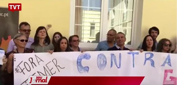 A subprocuradora da República Ela Wiecko (à esq, segurando a faixa, de óculos escuros) participa em Portugal de ato de protesto ao governo Temer (Foto: Reprodução / TVT)