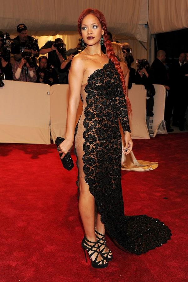 No lendário Met Gala de 2011, em homenagem a Alexander McQueen, Rihanna foi convidada de Stella McCartney, em um look rendado da estilista, combinado com os cabelos vermelhos e joias de esmeraldas. Ao pensar em como Rihanna se veste para o Met Gala atualm (Foto: Getty Images)