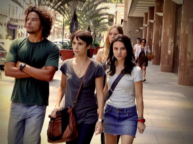 Valdo decide acompanhara a ida de Nina ao banco (Foto: Avenida Brasil / TVGlobo)