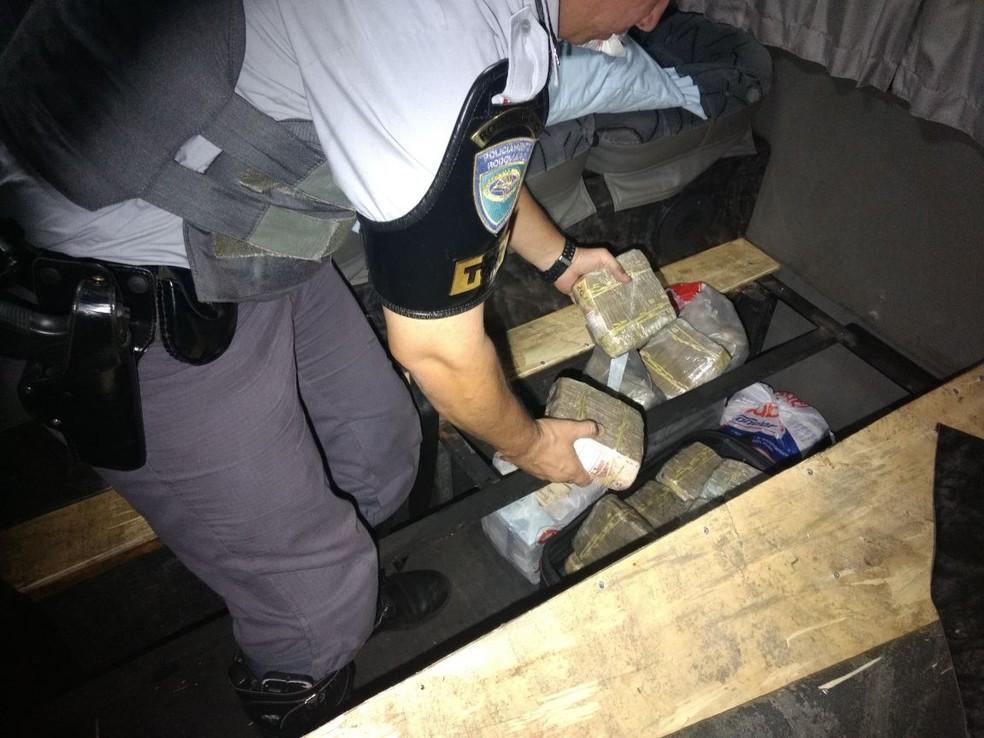 Dinheiro estava em um fundo falso no veículo abordado em Rosana (SP) (Foto: Polícia Militar/Cedida)