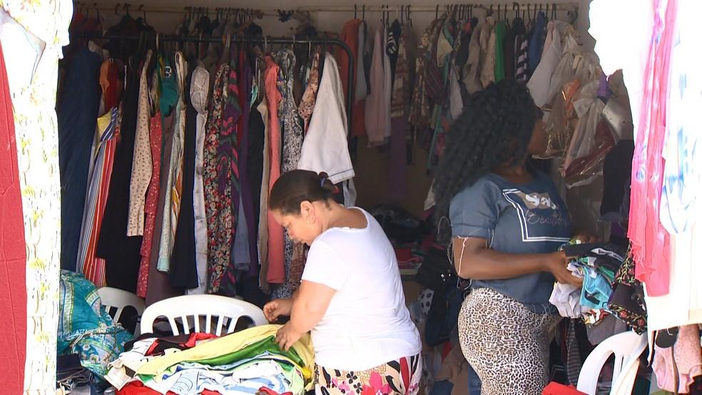 Bazar solidário também é desenvolvido na igreja — Foto: Reprodução/TV Gazeta