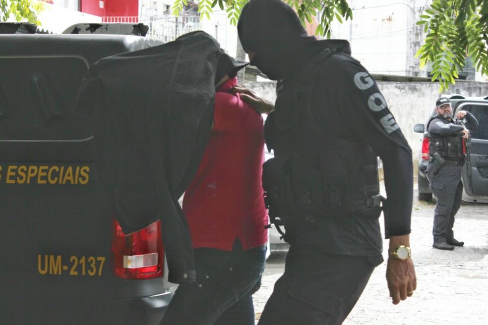 Policiais civis presos durante operação foram levados para a sede do Grupo de Operações Especiais (GOE), no Recife, nesta quarta-feira (29) (Foto: Bruno Lafaiete/TV Globo)