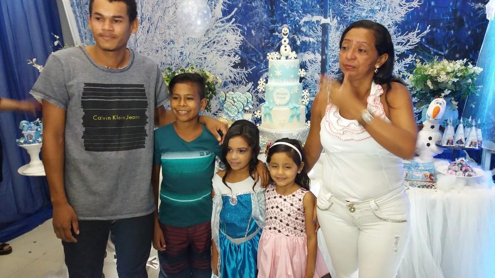 Aniversariante RInah Laís com os pais e os irmãos (Foto: Rita Torrinha/G1)