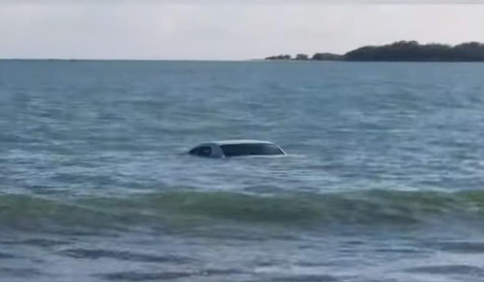 Carro foi encontrado dentro do mar na praia de Pernambuquinho, em Grossos — Foto: Ronaldo Josino/Reprodução