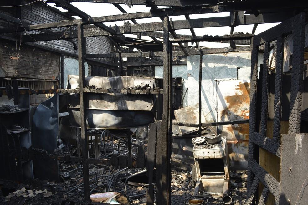 Casa foi destruída pelas chamas (Foto: Diêgo Holanda/G1)