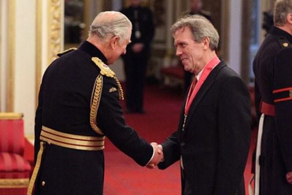Hugh Laurie é condecorado pelo Príncipe Charles em cerimônia (Foto: Reprodução Instagram)