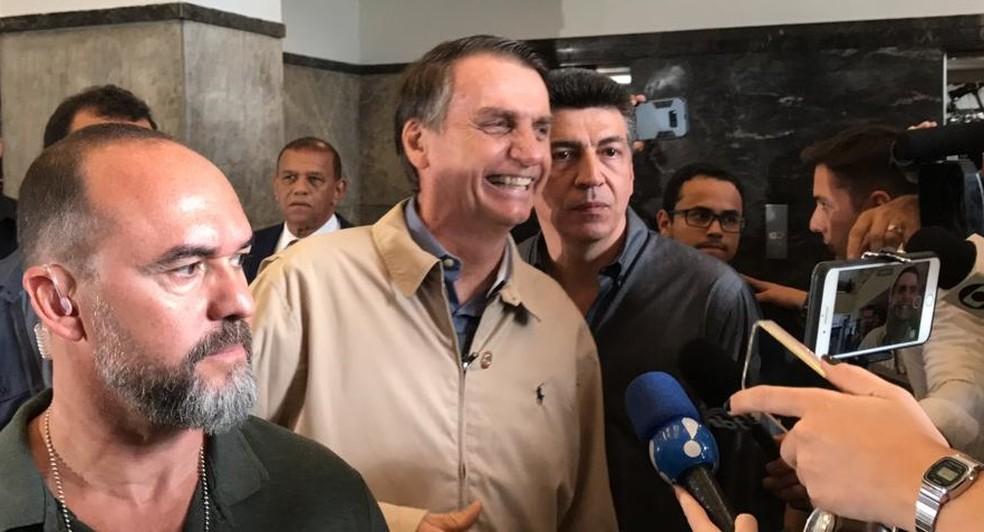 Bolsonaro conversa com a imprensa depois de encontro com a Polícia Federal (PF) no Rio de Janeiro em 17/10 — Foto: Cristina Boeckel/G1