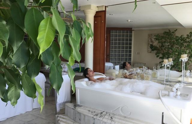 Luiza Souza relaxa na banheira de hidromassagem pós treino metabólico (Foto: Arquivo pessoal)