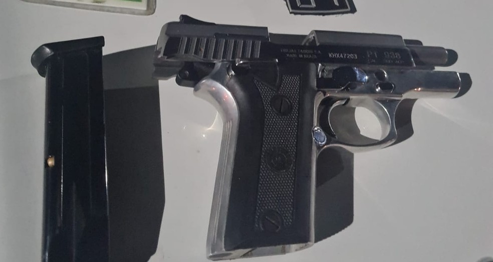 Arma utilizada por suspeito que atirou contra policial penal em Pipa é apreendida — Foto: Cedida/PM