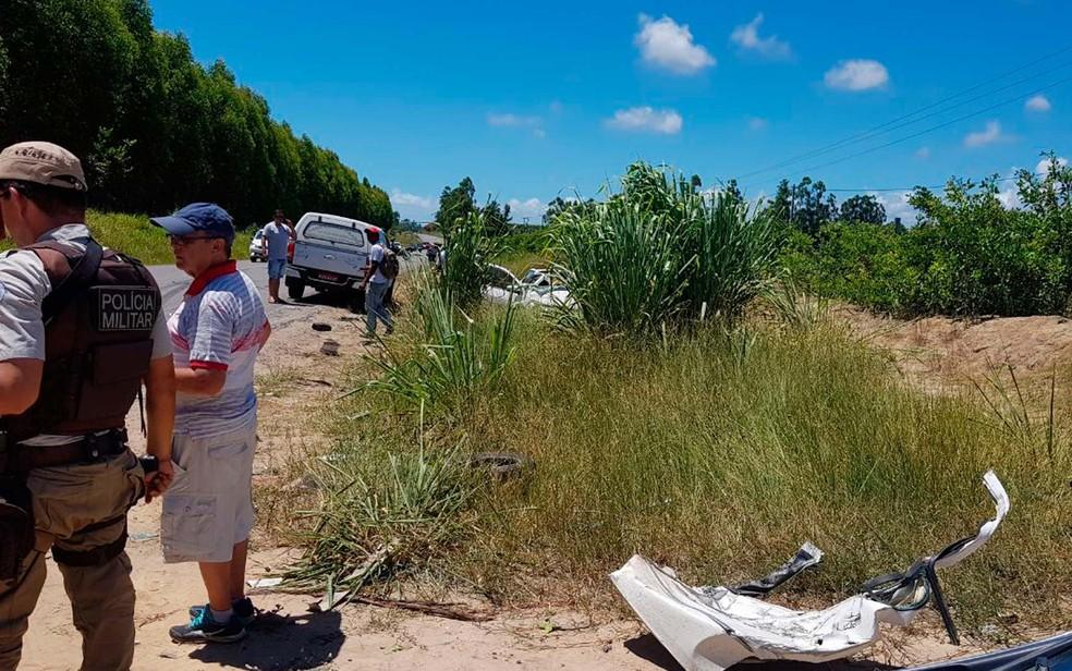 Destroços do carro envolvido na batida foram vistos a alguns metros do veículo na Bahia (Foto: Danuse Cunha/Itamaraju Notícias)