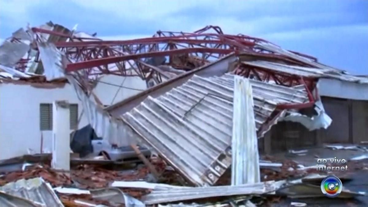 Casas são atingidas por estrutura metálica de rodoviária durante vendaval em Novo Horizonte