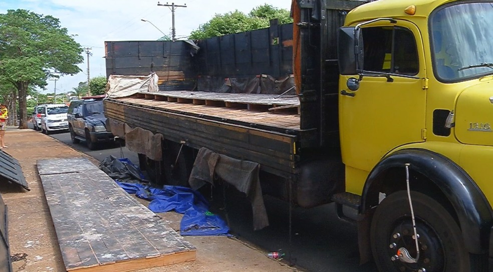 Caminhão que era usado para transportar drogas em Andradina — Foto: César Culiche/TV TEM