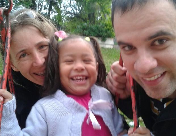 Helena ao lado do marido e da filha, Maya (Foto: Arquivo pessoal)