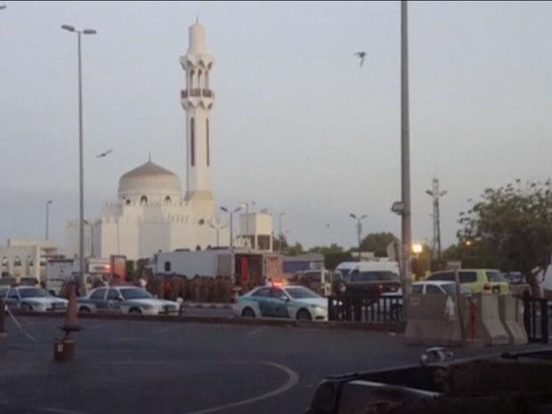Equipes de segurança monitoram área onde homem-bomba atacou na Arábia Saudita (Foto: Reuters)