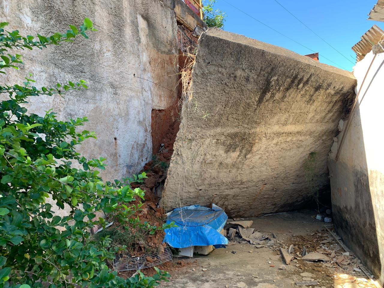 Muro de arrimo desaba e atinge três casas em Governador Valadares