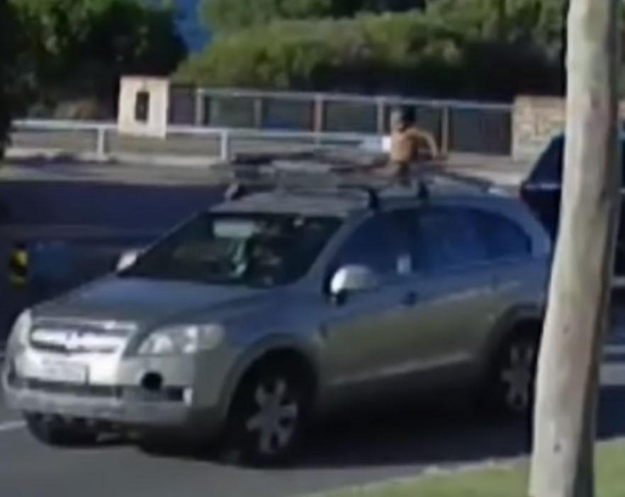 O menino de fraldas estava sobre o carro em movimento (Foto: Reprodução/ Youtube)