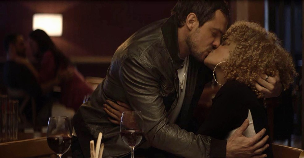 Chiclete (Sergio Guizé) dá beijão em Sílvia (Lucy Ramos) para fazer ciúmes em Vivi Guedes (Paolla Oliveira), em 'A Dona do Pedaço' â?? Foto: Globo