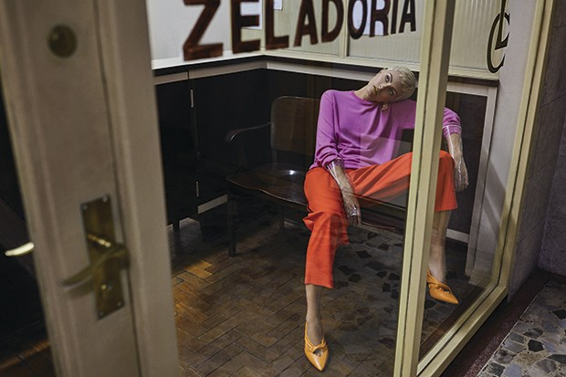 Suéter Ralph Lauren, R$ 4.400. Calça Paula Raia, R$ 2.290. Luvas Chanel, preço sob consulta (Foto: Gustavo Zylbersztajn (SD MGMT))