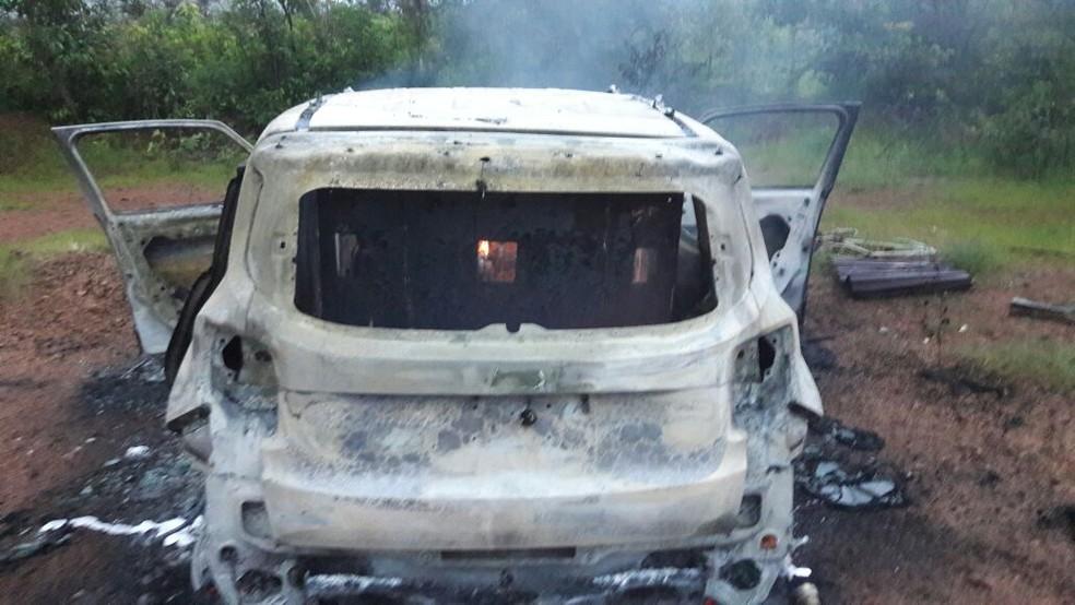 Veículo utilitário foi encontrado às margens de rodovia onde ocorreu ataque em Lagoinha (Foto: Fernando Rocha / Portal Lagoinha Notícias)