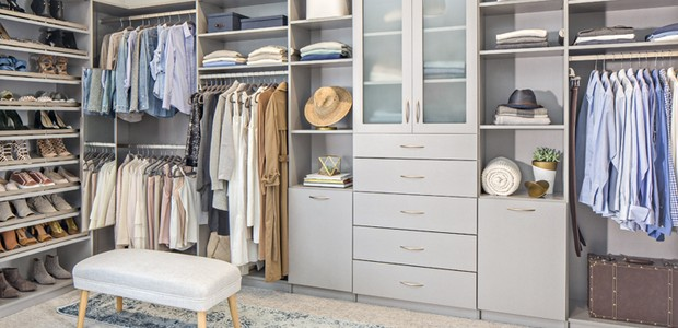 A mistura de nichos, portas e gavetas deixa o closet com uma cara mais organizada (Foto: Tailored Living/ Reprodução)