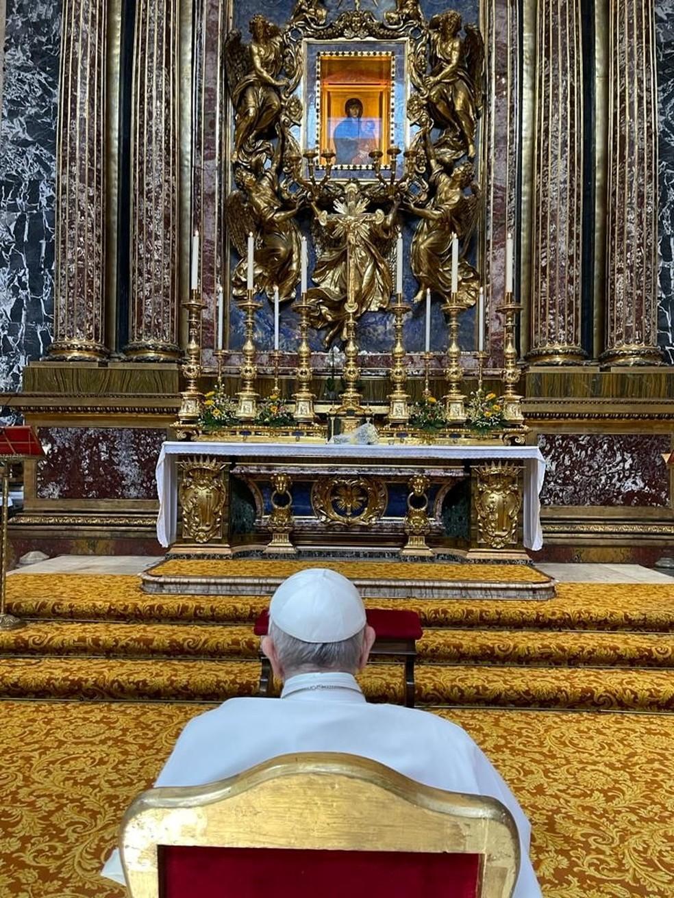 Vaticano divulga foto do Papa Francisco na Basílica de Santa Maria Maior, em frente à imagem da Virgem Maria, após receber alta de hospital em 14 de julho de 2021 — Foto: Vaticano via Reuters