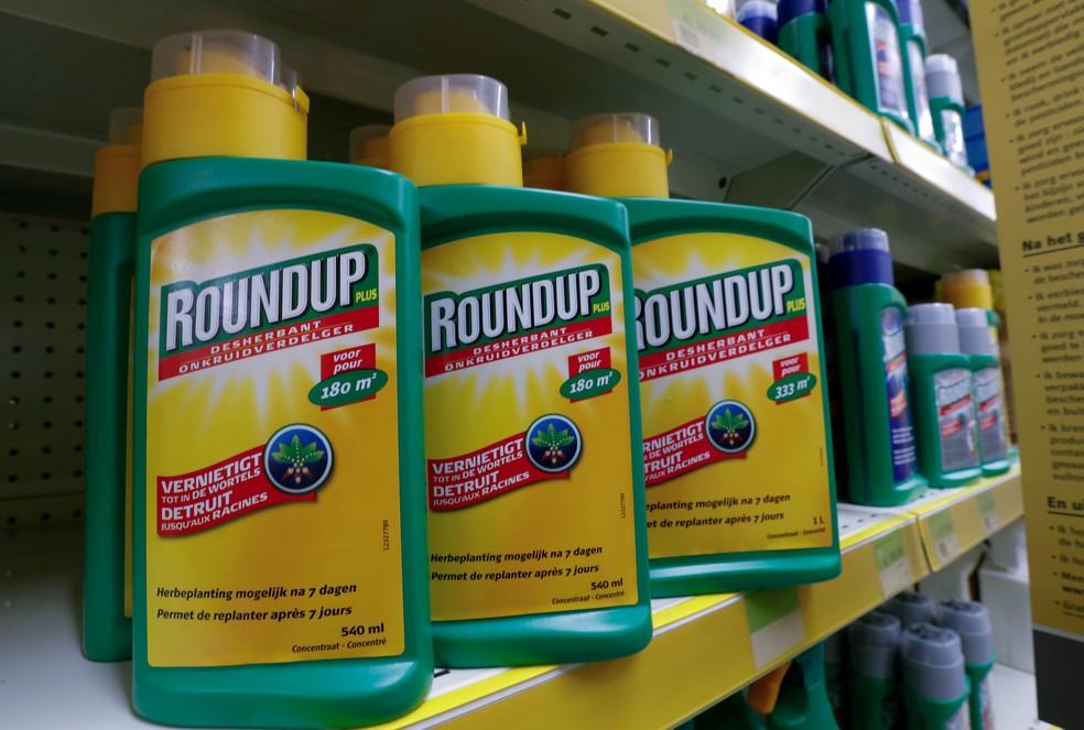 Agrotóxico Roundup, da Monsanto, comprada pela Bayer, é visto em prateleira de varejista próximo a Bruxelas — Foto: Yves Herman/Reuters