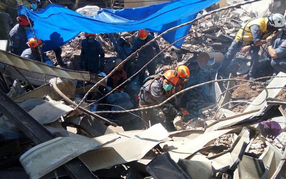 Bombeiros fazem buscas por um corpo localizado em meio a escombros (Foto: Corpo de Bombeiros de SP/Divulgação)