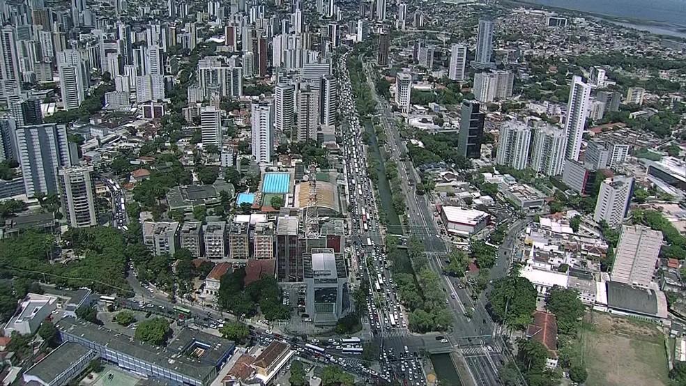 Imagem aérea mostra Avenida Agamenon Magalhães, no Recife, perto dos centros comerciais da cidade — Foto: Reprodução/TV Globo