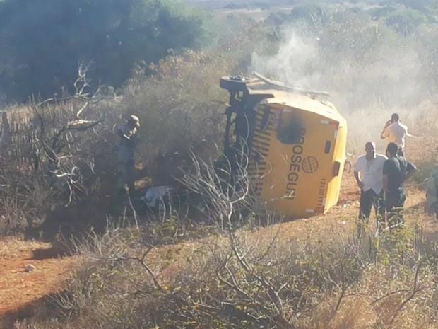 Carro forte é explodido por quadrilha na BA-052 em America Dourada, na Bahia (Foto: Cristiano Dourado / Arquivo Pessoal)