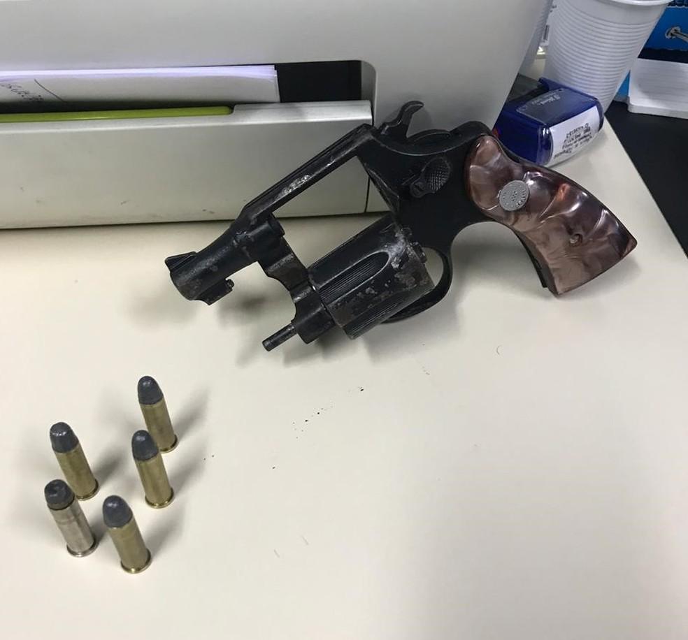 Arma foi apreendida em um dos apartamentos — Foto: Divulgação/Polícia Civil