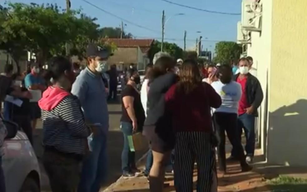 Moradores passam a noite em fila a espera de vacina contra a Covid-19 em São João da Paraúna, Goiás — Foto: Reprodução/TV Anhanguera