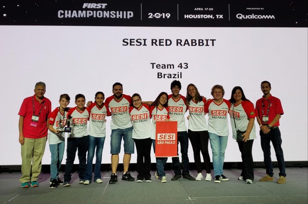 Equipe Red Rabbit, de Americana (SP), 1º lugar do Prêmio Design de Robô — Foto: Aerton Guimarães/CNI