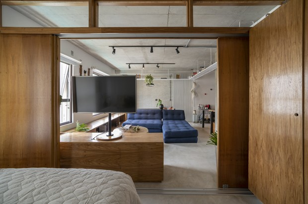 70 m²: apê de jovem casal tem madeira, concreto e boas ideias para integrar espaços  (Foto:  Cris Farhat)
