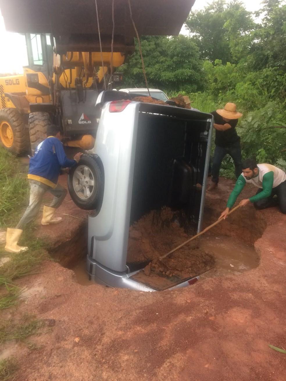 Caminhonete foi 'engolida' por cratera de 7 metros em Cáceres; trator foi usado para puxar o veículo (Foto: Arquivo pessoal)