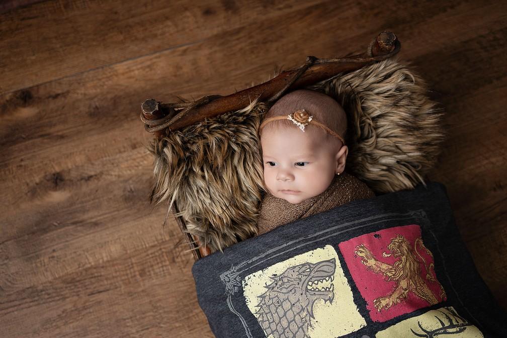 Elementos simbólicos da casa Stark marcam ensaio da pequena Arya — Foto: Adriana Margotto