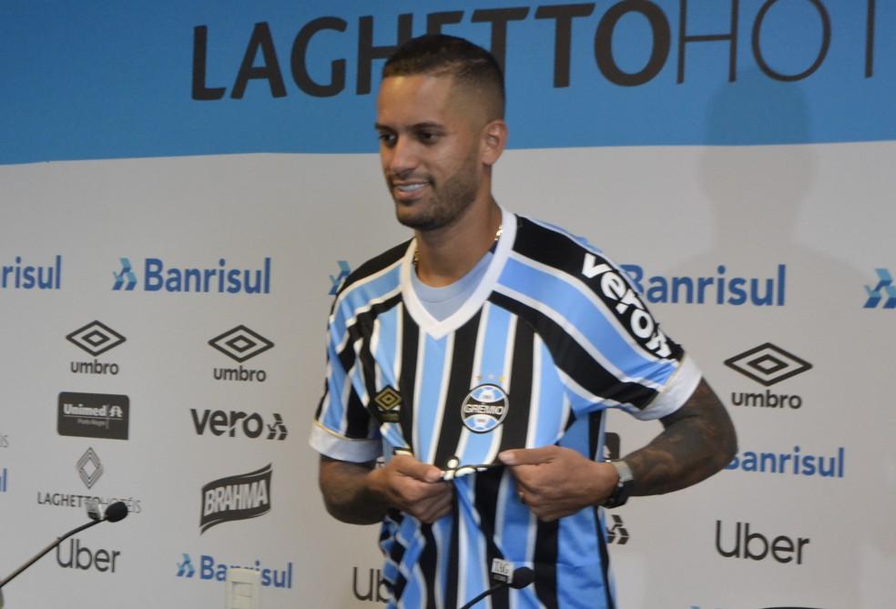 Rômulo veste a camisa do Grêmio — Foto: Lucas Bubols