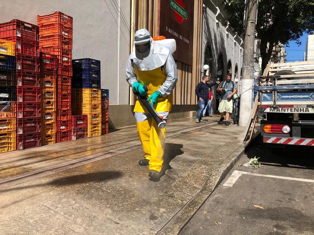 Tecnologia de sanitização usada em cidades chinesas é aplicada em ruas de Niterói — Foto: Carlos Britto/G1 Rio