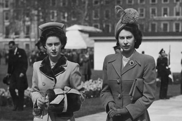 La reina Isabel II con su hermana, la princesa Margarita, en 1948 (Imagen: Getty Images)