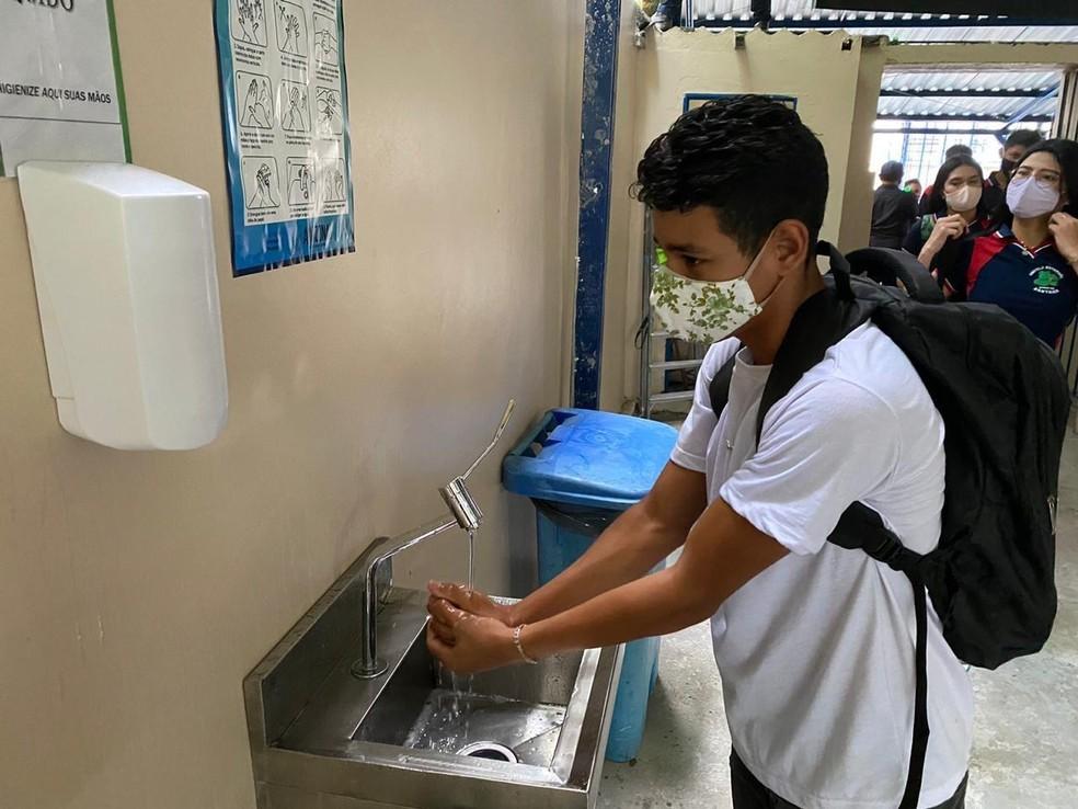 Pias e totens de álcool em gel foram instalados nas escolas do Amazonas, primeiro estado a voltar com as aulas presenciais na rede pública e privada. — Foto: Divulgação/Secom