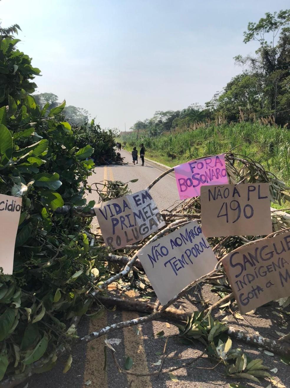 Cartazes foram pendurando em árvore que bloqueia a BR— Foto: Nucom/PRF-AC