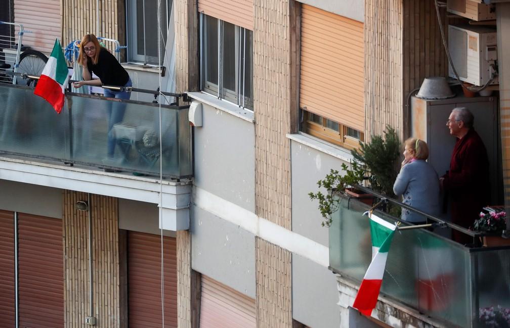 15 de março - Pessoas são vistas nas varandas de suas casas em Roma, na Itália, durante confinamento para evitar a propagação do novo coronavírus — Foto: Yara Nardi/Reuters