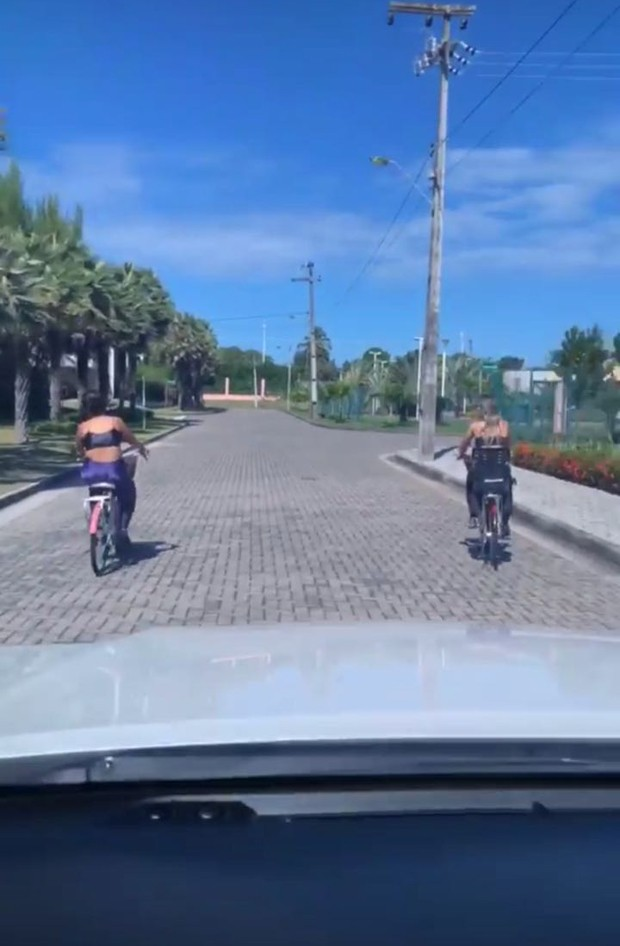 Simone, da dupla com Simaria, pedalando com uma amiga (Foto: Reprodução/Instagram)