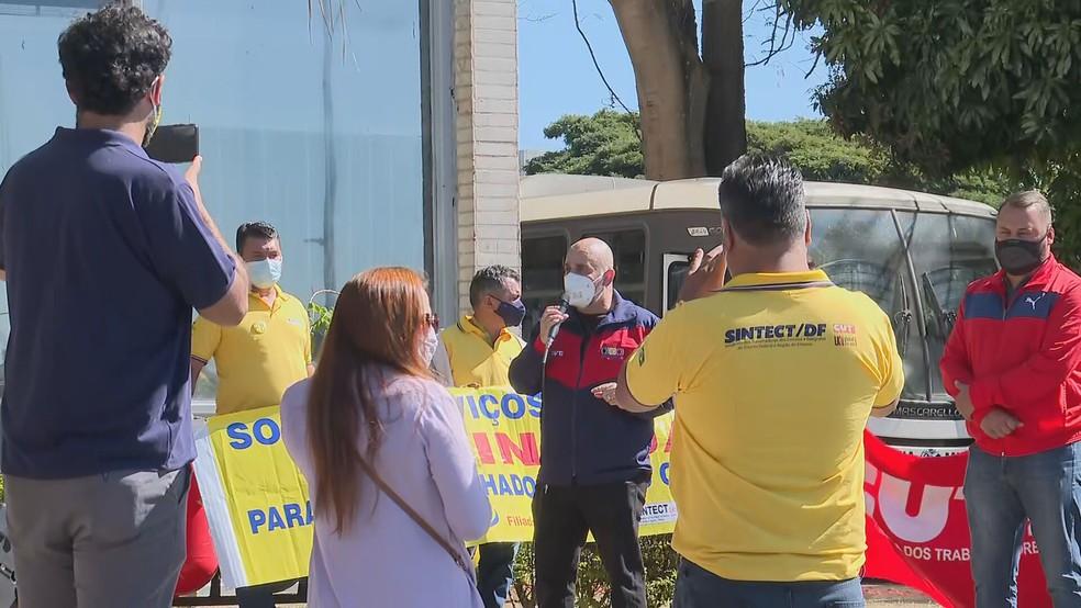 Bancários e trabalhadores dos Correios e Telégrafos do DF protestam na frente do Ministério da Saúde por vacinação contra a Covid-19. — Foto: TV Globo / Reprodução