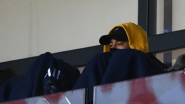 Neymar assiste das tribunas do Parque dos Príncipes ao jogo entre PSG e Lille