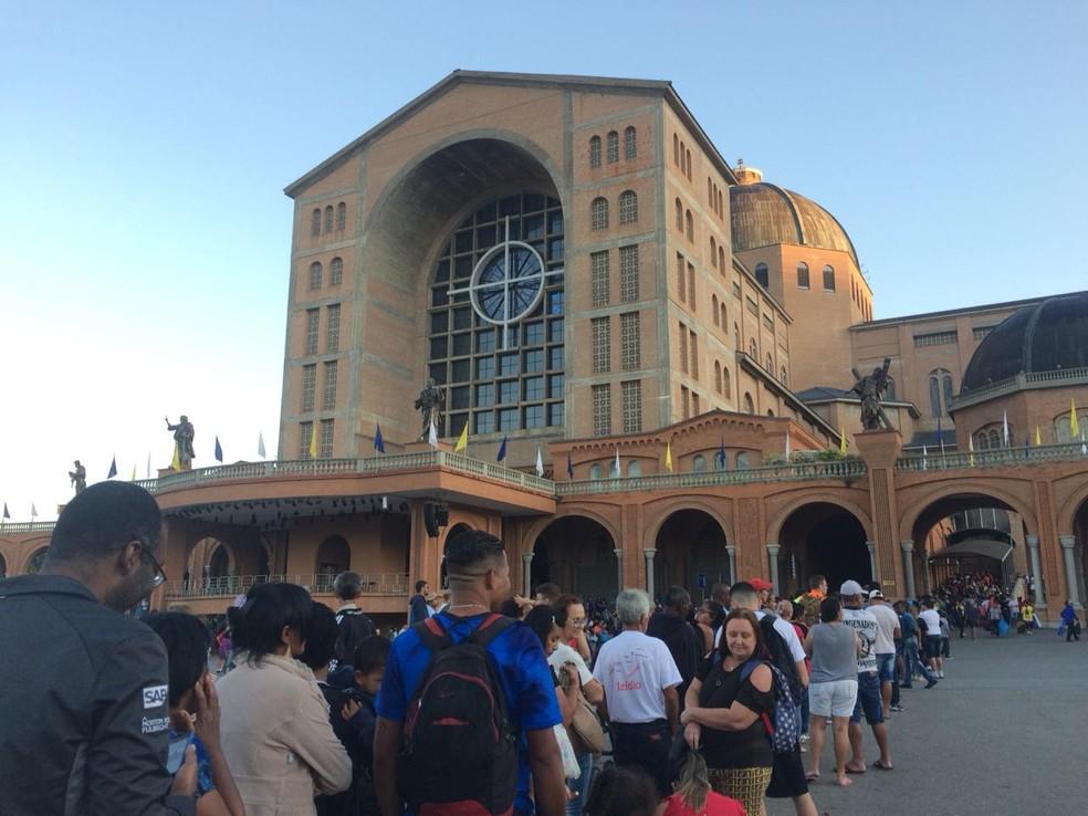 Devotos fazem fila para ver a imagem no nicho antes das 6h deste sábado (12) — Foto: Carlos Santos/G1