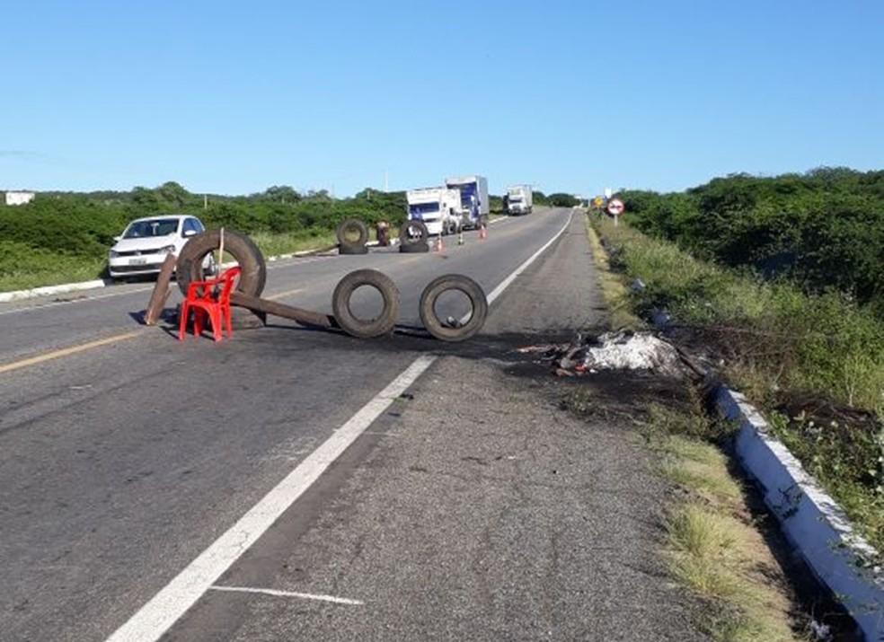 Na BR-427, em Caicó, dia já amanheceu com ponto de bloquei montado (Foto: Irinaldo Medeiros)