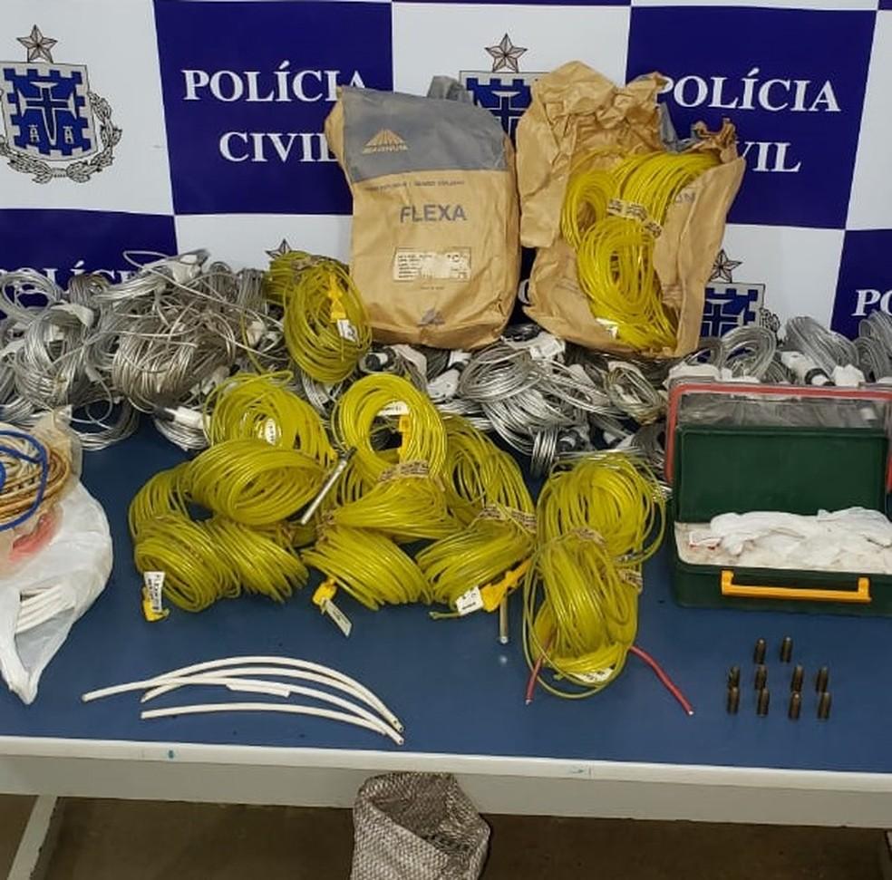 Homem foi preso após ser flagrado em casa com material explosivo, munições e aves silvestres — Foto: Divulgação/Polícia Civil