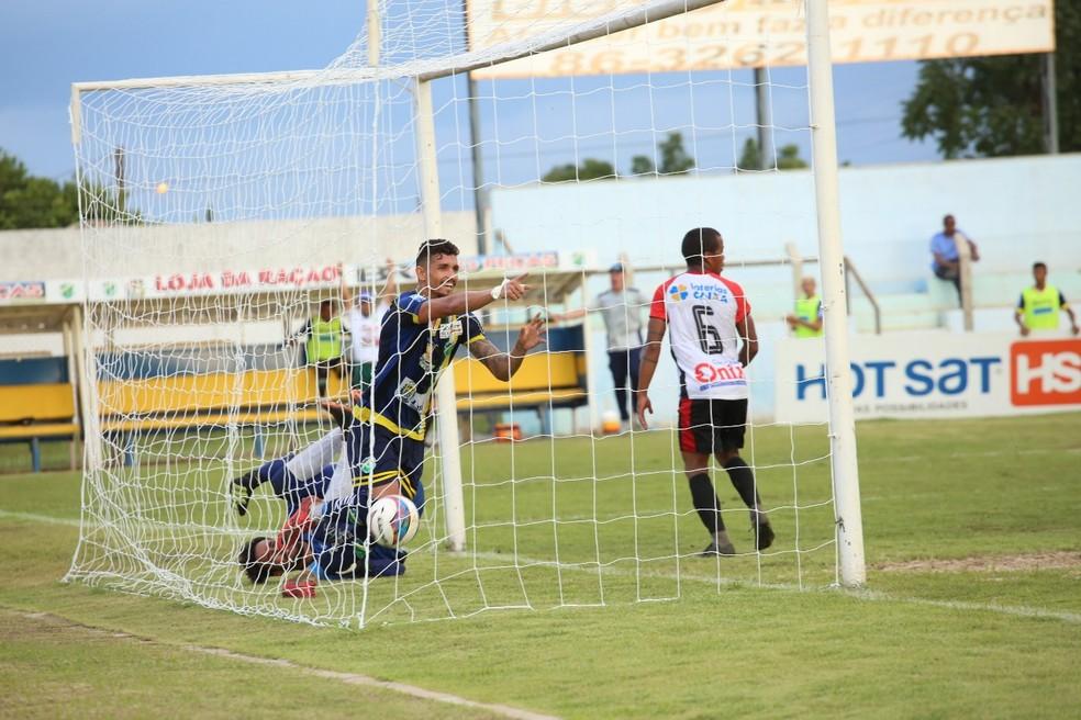 Manoel aponta para Joelson após assistência  (Foto: Luis Júnior/A.A. Altos)